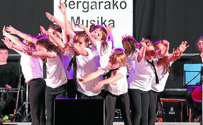 Sesenta bailarines despiden esta noche el curso con un espectáculo en el Espolón