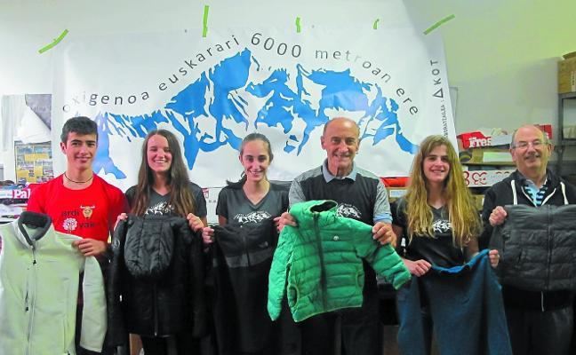 La cordada 'Oxigenoa euskarari 6.000 metroan ere' llevará 100 kilos de ropa de abrigo a Nepal