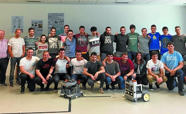 Alumnos del campus Goierri testean los robots recoge-pelotas que han fabricado
