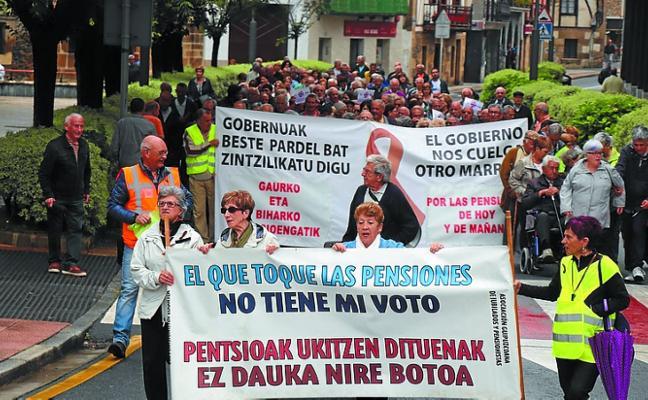 Centenares de vecinos participaron ayer en la protesta de los jubilados