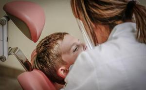 Indemnizan a un hombre que fue al dentista por un problema en un diente y le sacaron once