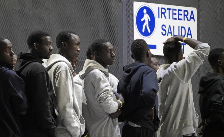 Medio centenar de inmigrantes arriban a la Estación de autobuses de San Sebastián