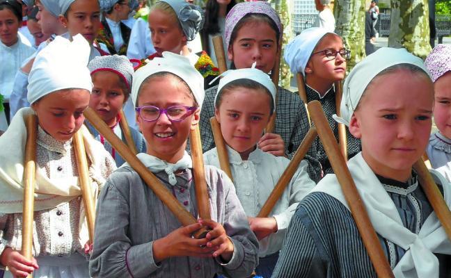 400 dantzari txiki inguru Lazkaoko kaleetan