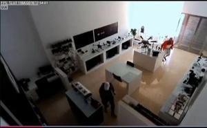 Una banda de ladrones vacía una tienda sevillana de drones en dos minutos