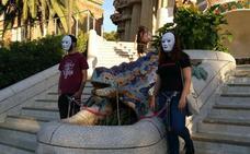 Militantes de Arran se encadenan al dragón del Park Güell para protestar contra el turismo