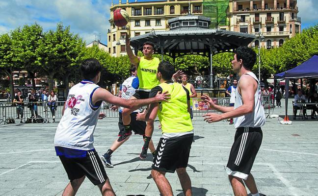 Los donostiarras 'Pelaos de cartera' se llevaron el torneo 3x3 de la plaza del Ensanche