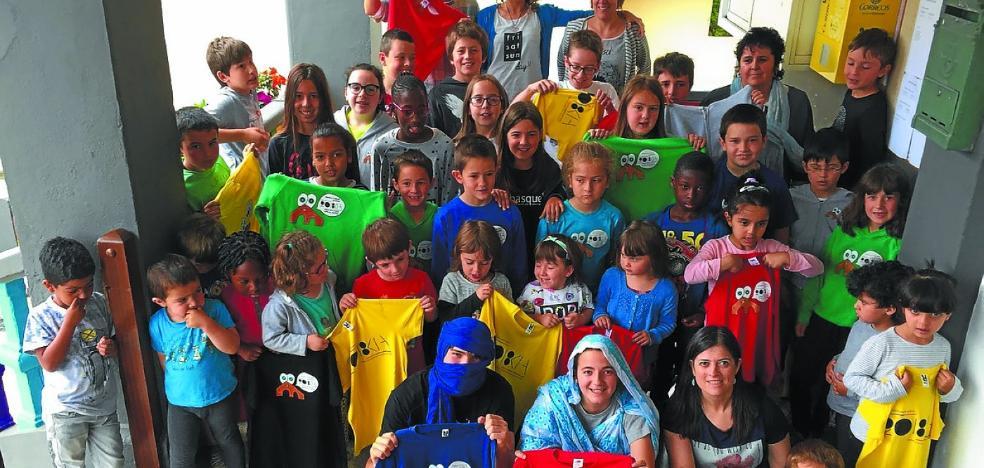 Oikiako Eskola Txikien Festaren arropa Saharara bidaliko dute