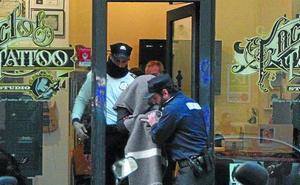 El tatuador acusado de abusos sexuales a clientas en Donostia seguirá en prisión