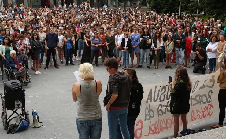 Protesta multitudinaria en San Sebastián por la libertad provisional para 'La Manada'