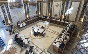 El Pleno de San Sebastián guarda un minuto de silencio por las víctimas de la violencia machista