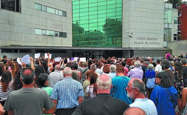Protesta en la plaza del Juzgado contra la libertad provisional de 'La Manada'