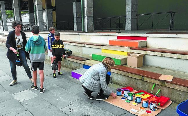EH Bildu asegura que el PNV no informó con tiempo de que se iban a pintar las escaleras con los colores LGTBI+