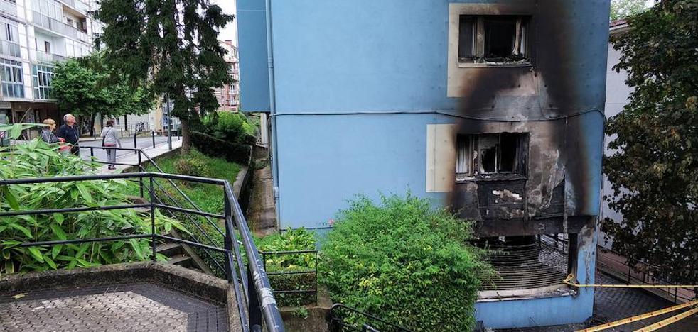 Arde de madrugada un local de jóvenes en Intxaurrondo y el fuego provoca daños en varias viviendas