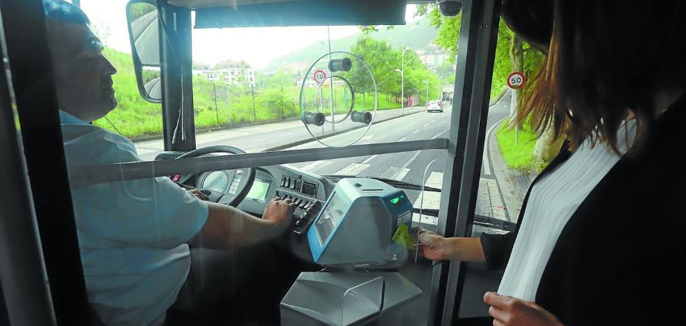 El primer autobús con mampara de seguridad circulará desde hoy en varias líneas de Dbus