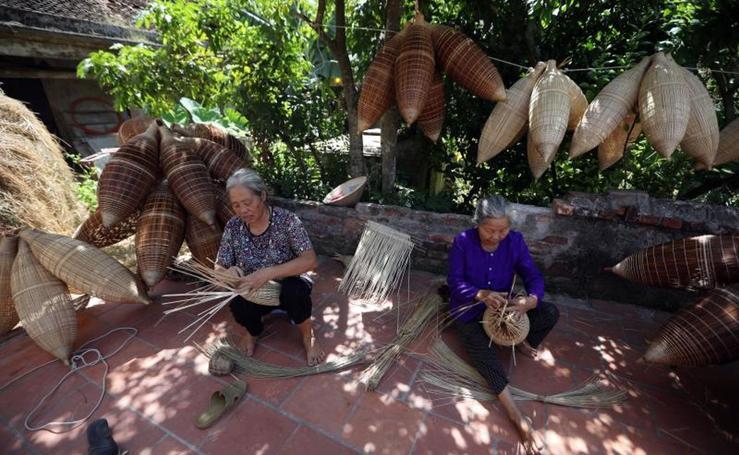 La aldea que tiene como tradición tejer macetas para pescar