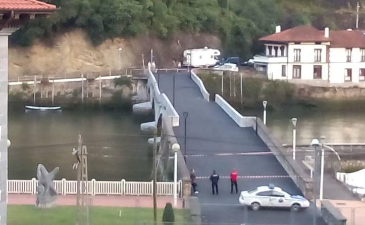 Parte del puente de Deba se derrumba tras las últimas lluvias