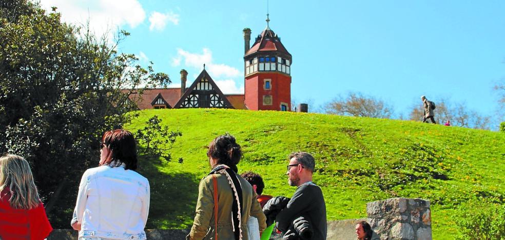 Los turistas regresan al palacio Miramar