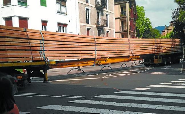 'Megatruck' de 32 metros con la cubierta de la ikastola