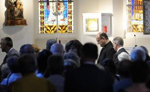 Familiares, amigos y feligreses dan su último adiós al obispo emérito José María Setién en el Buen Pastor