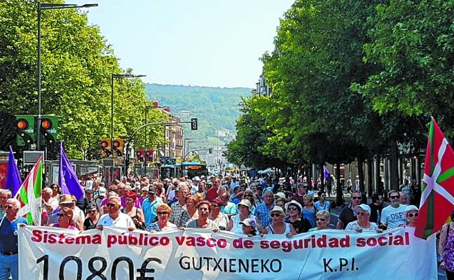 Los jubilados donostiarras cambian en verano el formato de las protestas
