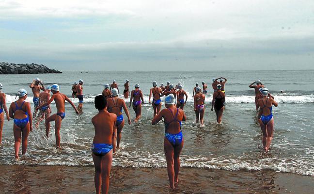Una ola de nadadores de Deba, Azkoitia y Azpeitia fueron parte de la 'Marea Urdiña'