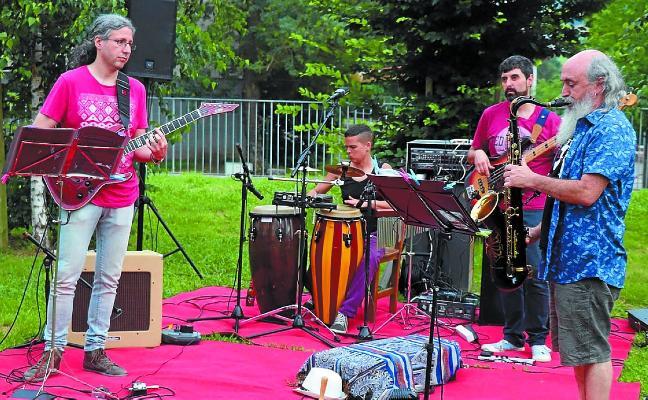 El grupo Peppermint Quartet ofreció un concierto en el parque de Tximistarreta