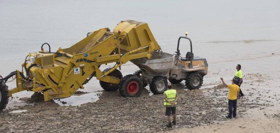 Las máquinas inician la campaña de retirada de piedras de Ondarreta