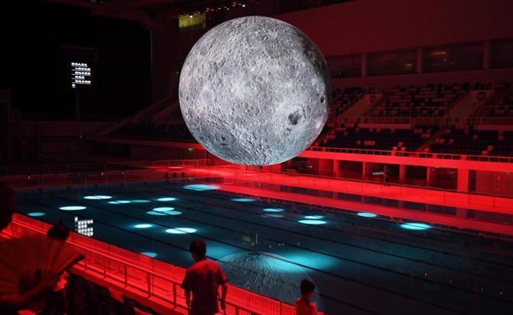 La Luna sobre una piscina olímpica