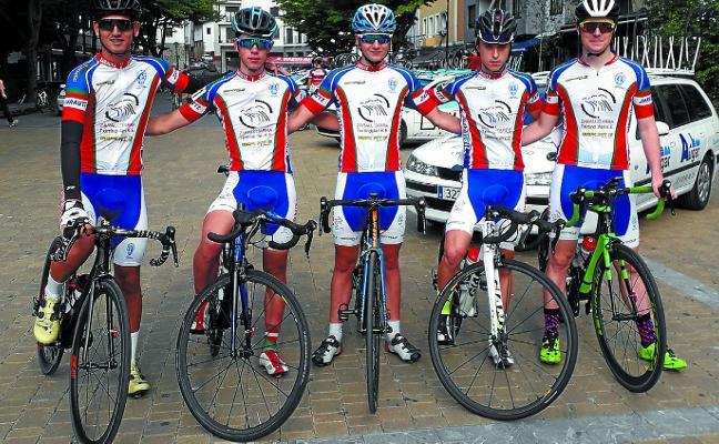 Trabajo en equipo de los ciclistas de la Zarauztarra