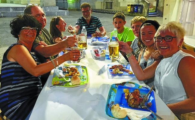 Codillos y cerveza animan a hacer piña con la gran familia deportiva del Aloña
