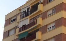 Rescatan a una niña de 5 años colgada del balcón de una octava planta en Málaga