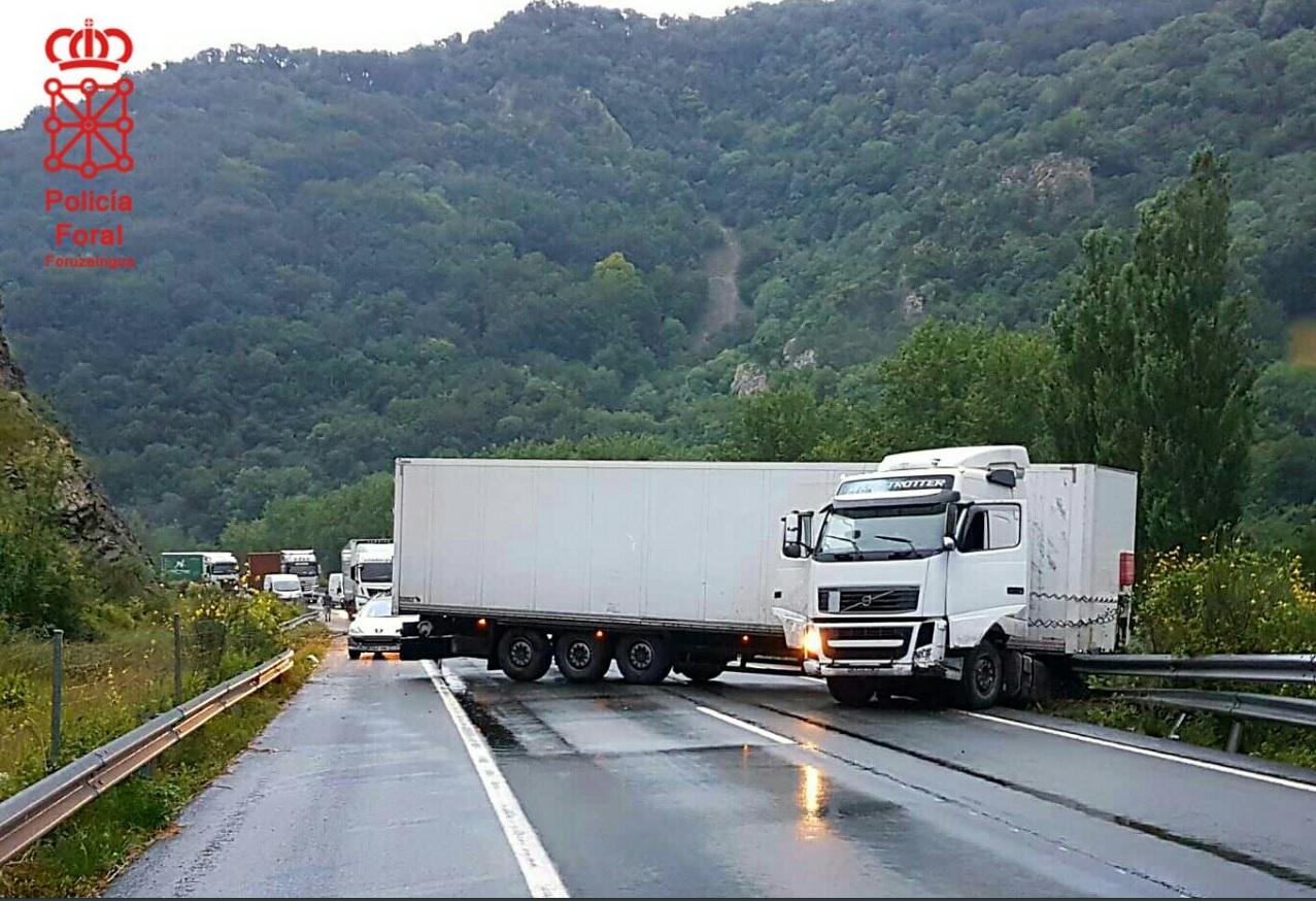 El accidente de un camión a primera hora ha complicado el tráfico en la A-15
