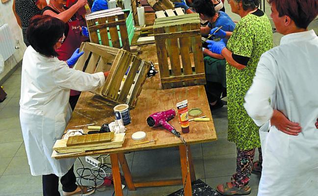 Dekorazio tekniken ikastaroan poltsak eta mahai-bideak dira aurtengo protagonistak