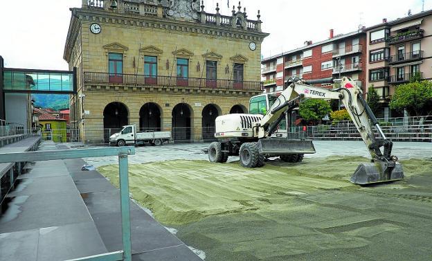 Ayer se desarrollaron los trabajos para recrear un circo romano en la plaza San Juan./F. DE LA HERA