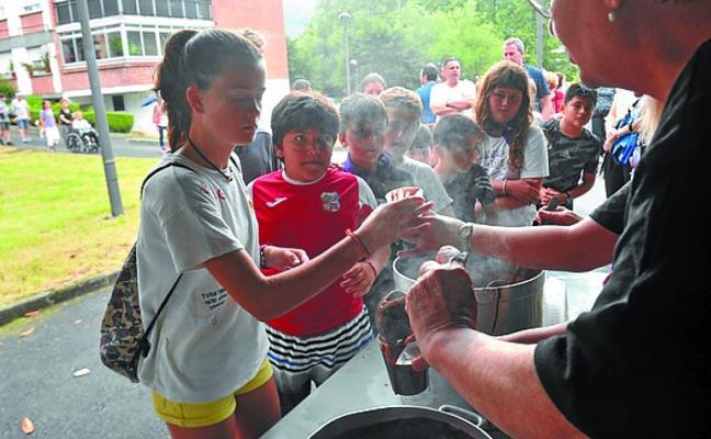 San Julio se celebra en Karrika con zumba, sidra, hinchables y tamborrada