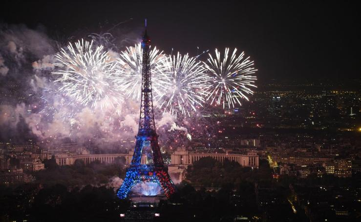 Fuegos artifiales iluminan París