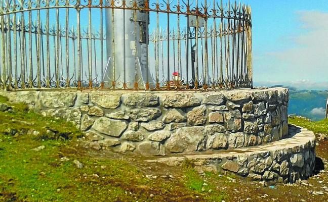 La base de la cruz de Aloña luce como nueva tras una 'sutura' de altura