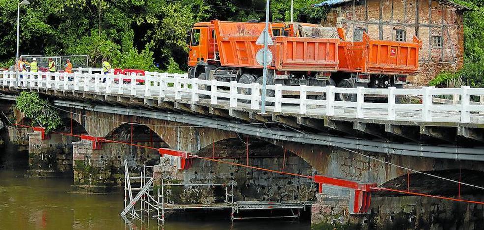 El puente de Astiñene supera la prueba de carga y se reabre mañana a todos los vehículos