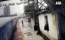 Un joven es arrastrado por un tren en Bombay