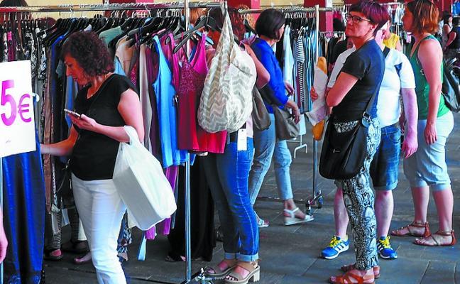 Quince comercios participan hoy en una feria de rebajas que también invitará a paella
