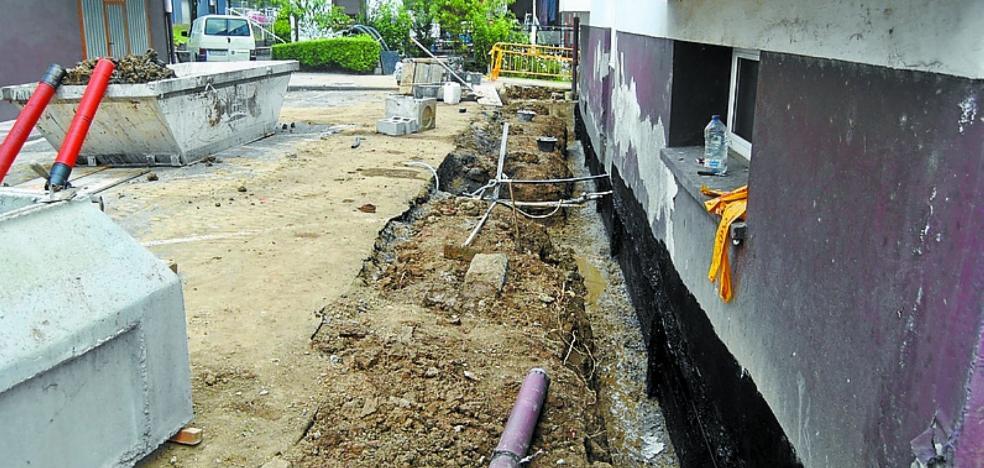 Efectúan mejoras de saneamiento y alumbrado en la calle Urbita