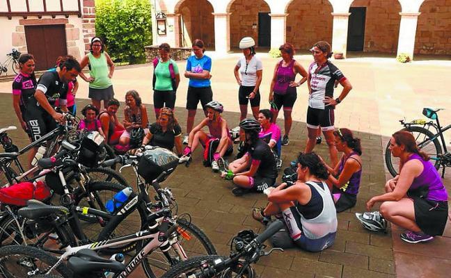 21 mujeres recorrieron la Vía Verde del Bidasoa con 'Gaur nire txanda da'