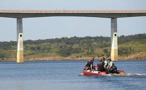 Un helicóptero se suma a las labores de búsqueda del vecino de Beasain que saltó de un puente en Salamanca