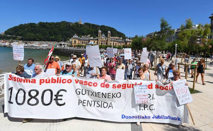 Marcha de los pensionistas por el centro de San Sebastián
