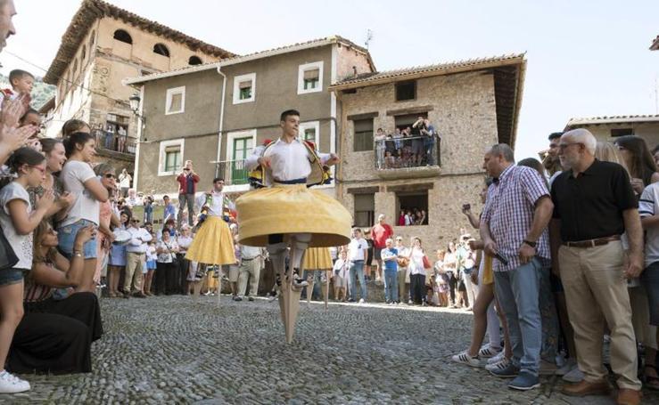 Ocho danzadores bailan sobre zancos por las calles de Anguiano