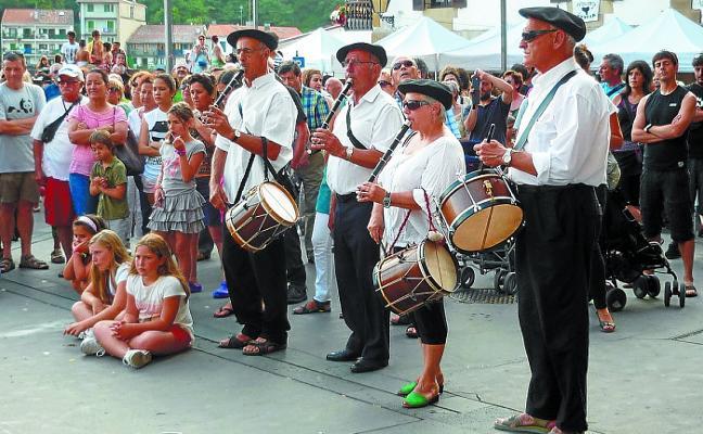 Los txistularis de Itsas Mendi abren las fiestas de Santiago en Donibane