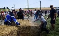 Así ha sido la manifestación de los agricultores que ha detenido la etapa durante diez minutos
