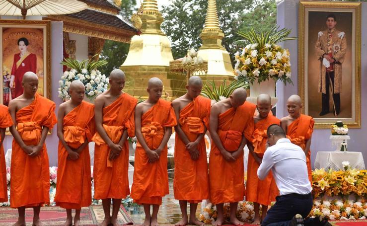 Los niños rescatados en la cueva de Tailanda se convierten en monjes