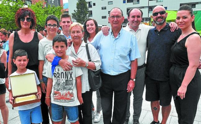 Paco Aguirre recibió el homenaje de los vecinos de Etxeberrieta