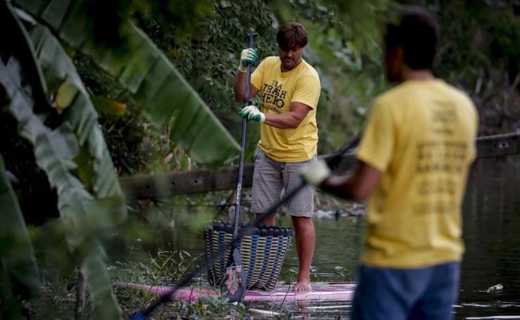 Voluntarios recogen basura en un canal en Tailandia